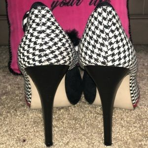 Chic closed toed pumps with a houndstooth print!